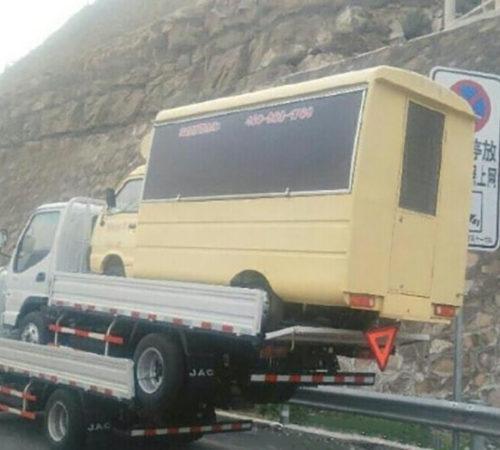 camion-transporte-deux-camionnettes