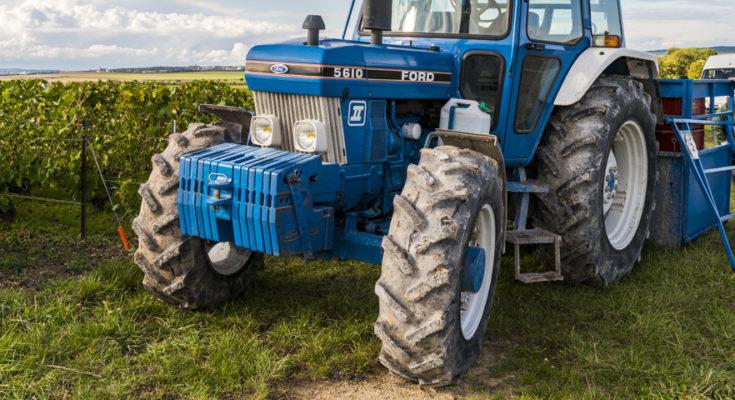 tracteur devant des vignes